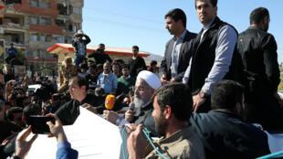 El presidente iraní Hassan Rouhani habla en su visita al condado de Sarpol-e Zahab en Kermanshah que fue azotado el domingo por el poderoso terremoto, el 14 de noviembre de 2017.