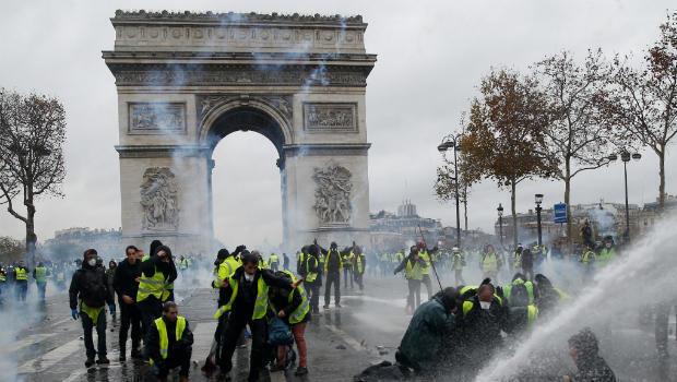 El 1 de diciembre la manifestación se tomó el Arco del Triunfo en una jornada que terminó con fuertes enfrentamientos entre la multitud y las autoridades. París, Francia.