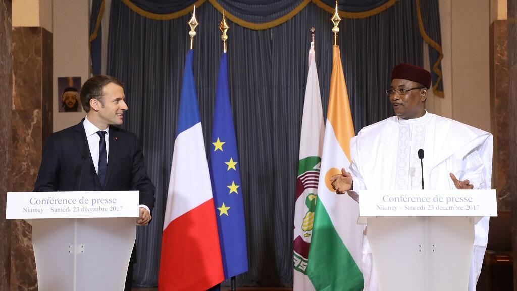 الرئيس الفرنسي إيمانويل ماكرون ونظيره النيجري محمدو يوسفو خلال مؤتمر صحفي في نيامي 23 كانون الأول/ديسمبر 2017