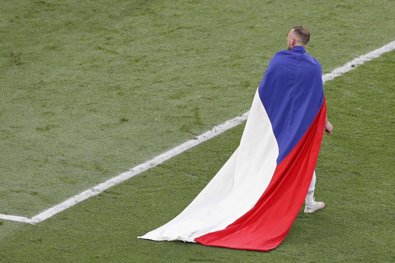 Le défenseur Vladimir Coufal paré du drapeau national tchèque après la victoire face aux Pays-Bas en 8e de finale de l'Euro, à Budapest, le 27 juin 2021