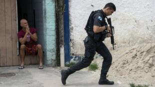 """En esta foto de archivo tomada el 3 de mayo de 2018, oficiales de la policía militar brasileña realizan una operación en la favela """"Ciudad de Dios"""", en Río de Janeiro, Brasil."""