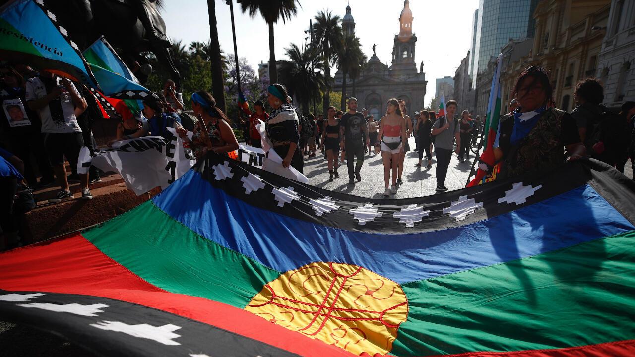 En Chile, la bandera Mapuche gana cada vez más espacios. Este pueblo reclama la autodeterminación sobre su territorio, en el centro de Chile, y en estas semanas de protesta han exigido al gobierno de Sebastián Piñera la reivindicación de su autonomía y su participación en la toma de decisiones. Santiago, Chile, 14 de noviembre de 2019.