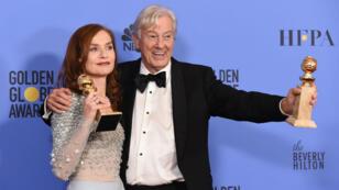 """Isabelle Huppert et Paul Verhoeven, réalisateur du film """"Elle"""", le 8 janvier 2017, lors de la soirée des Golden Globes, à Beverly Hills, en Californie."""