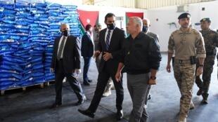 صورة نشرها القصر الملكي الأردني في 6 أبريل/نيسان 2020، يطهر فيها الملك عبد الله الثاني، متفقدا مستودعا للأغذية في زرقاء (شمال شرق المملكة).