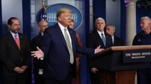 الرئيس الأمريكي دونالد ترامب يتلقى أسئلة خلال مؤتمر صحفي بشأن فيروس كورونا في البيت الأبيض في واشنطن، الولايات المتحدة، 17 مارس/آذار 2020