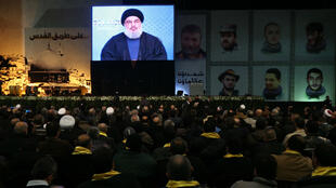 Le chef du Hezbollah Hassan Nasrallah s'adresse à ses militants par écran géant pour rendre hommage aux victimes du raid israélien du 18 janvier, le 30 janvier 2015.