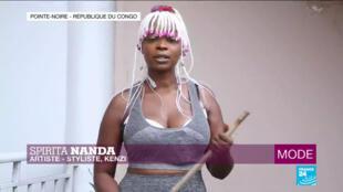 L'artiste et styliste congolaise Spirita Nanda, confinée chez elle, en République du Congo, en avril 2020.