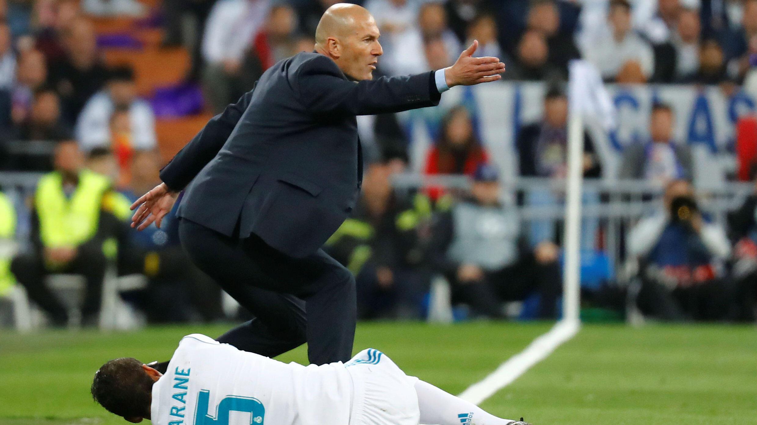 En la semifinal de la Champions League, el jugador madridista Raphael Varane se queja de una lesión mientras el entrenador Zinedine Zidane reclama. Real Madrid enfrentó al Bayern Munich en el Santiago Bernabeu, Madrid, España, el 1 de mayo de 2018.