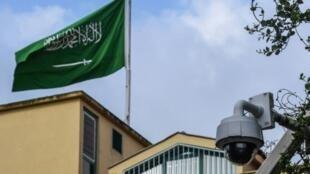 العلم السعودي وكاميرا مراقبة خلف القنصلية السعودية في إسطنبول في أكتوبر 2018