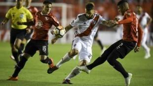 Fabricio Bustos (I) y Alan Franco (D), de Independiente, pugnan por un balón con Lucas Pratto (C), de River Plate, durante la Copa Libertadores, el 19 de septiembre de 2018 en Buenos Aires.