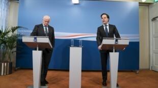 El primer ministro saliente Mark Rutte (dcha) y el ministro saliente de Seguridad y Justicia Ferd Grapperhaus, durante una rueda de prensa en La Haya, Holanda, el 16 de febrero de 2021