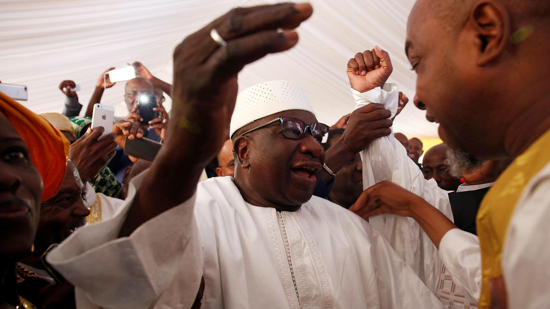 El director de campaña Bocary Treta y el presidente Ibrahim Boubacar Keïta celebran con sus seguidores en la sede del partido Rally for Mali (RPM) en Bamako, Mali, el 16 de agosto de 2018.