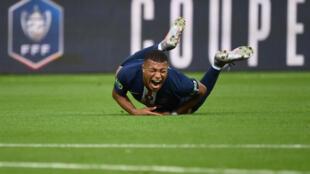 L'attaquant du PSG Kylian Mbappé blessé après un tacle non maîtrisé du Stéphanois Loïc Perrin, en finale de la Coupe de France, le 24 juillet 2020 au Stade de France