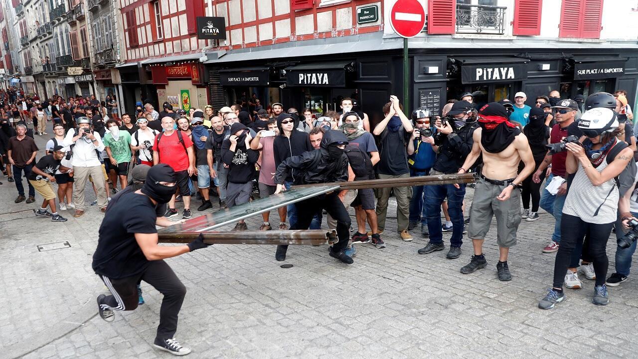 المتظاهرون يرمون جزءًا من حاجز على حصار للشرطة خلال احتجاج على قمة مجموعة السبع ، في بايون ، فرنسا ، 24 أغسطس ، 2019.