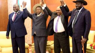 Le président soudanais Omar el-Bechir, le président ougandais Yoweri Museveni, le président du Soudan du Sud Salva Kiir et le leader rebelle Riek Machar lors de pourparlers en 2013.