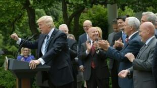 Donald Trump a célebré l'adoption de sa réforme de la santé par la seule Chambre des représentants comme si l'Obamacare était déjà enterrée.