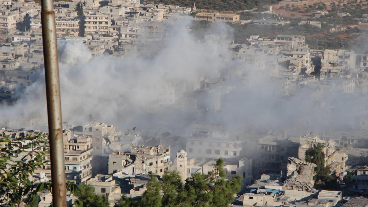 Esta foto proporcionada por los Cascos Blancos de Defensa Civil siria, que ha sido autenticada en base a su contenido y otros informes de AP, muestra humo que se eleva desde el bombardeo del Gobierno sirio en la ciudad norteña de Ariha, en la provincia de Idlib, Siria, el 20 de octubre de 2021.