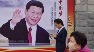 """Une affiche à la gloire de Xi Jinping et au """"rève chinois"""" dans les rues de Pékin avant l'ouverture du 19e congrès du PCC."""