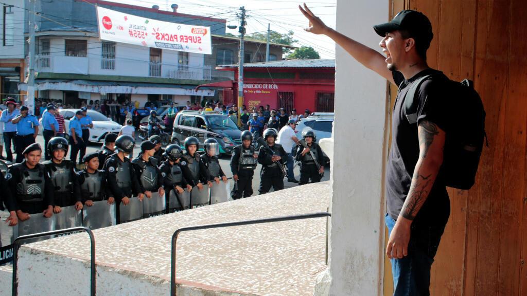 Un manifestante mientras se dirigía a agentes policiales durante un servicio religioso por la liberación de presos políticos en Masaya, Nicaragua, el 28 de agosto de 2019.