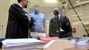 Le docteur Mark Schmidt (c), au coeur d'un réseau de dopage sanguin démantelé en 2019, lors de son procès le 16 septembre 2020 à Munich
