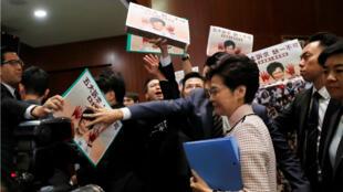 Carrie Lam quitte le Parlement sous les huées des députés de l'opposition, le 16 septemebre 2019.