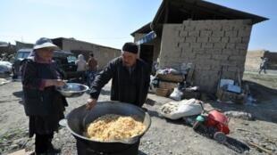"""إعداد طبق """"شوكشوك"""" المصنوع من لحم الحصان في قرغيزستان"""