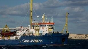 سفينة الإغاثة سي-ووتش التي ترفع العلم الهولندي، قبالة سواحل مالطا في 4 كانون الثاني/يناير 2019