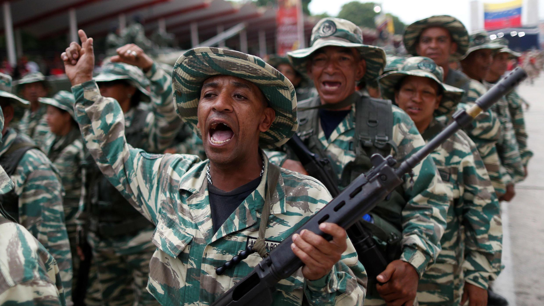 Miembros de la milicia gritan consignas durante una ceremonia para conmemorar el 17 aniversario del regreso al poder del fallecido presidente de Venezuela, Hugo Chávez, después de un intento de golpe de Estado y el Día de la Milicia Nacional en Caracas, Venezuela, 13 de