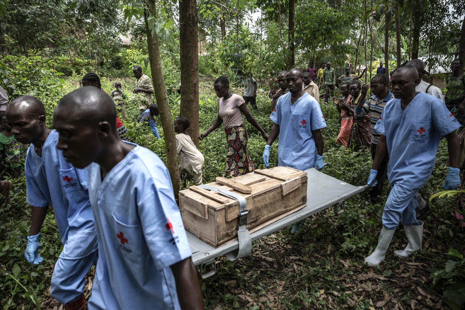 Des agents de la Croix Rouge enterrent le corps d'une enfant de 11 mois à Rutshuru, en RD Congo, décédée pendant l'épidémie d'Ebola, en février 2020.