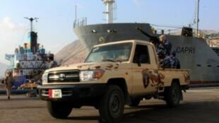 قوات يمنية موالية للحكومة تتولى حراسة سفينة في ميناء المكلا جنوب غرب اليمن في 29 تشرين الثاني/نوفمبر.