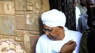 الرئيس السوداني المعزول عمر البشير يغادر مكتب المدعي العام لمكافحة الفساد في الخرطوم. 16 يونيو/حزيران 2019.