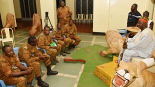 En soirée, les deux camps ont présenté un accord en cinq points chez le Mogho Naaba, roi des Mossis, autorité traditionnelle très respectée.