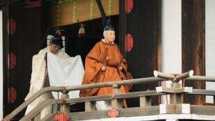 L'empereur Akihito, coiffé d'un couvre-chef noir, avant la cérémonie d'abdication, le 30 avril, à Tokyo.