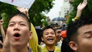 مدافعون عن حقوق المثليين يحتفلون أمام البرلمان في تايبي. 17 مايو/أيار 2019.
