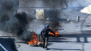 Un manifestant bloquant une route dans le centre de Kasserine, jeudi 21 janvier.