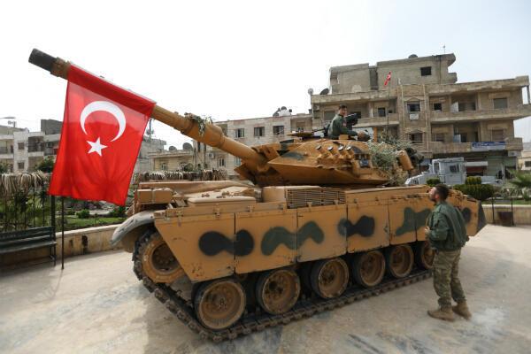 Un tank appartenant à des soldats turcs dans les rues de l'enclave kurde d'Afrin après la prise de contrôle de la ville par l'armée turque et ses alliés de l'Armée syrienne libre, en mars 2018