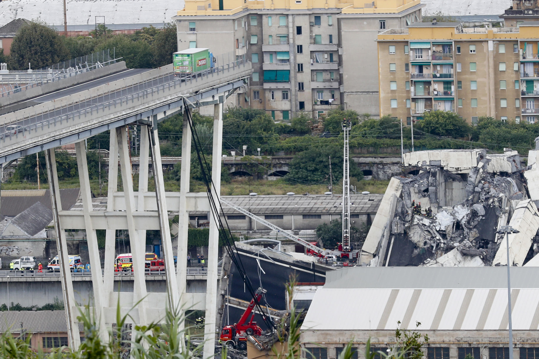 Des milliers de tonnes d'acier, de béton et d'asphalte se sont effondrés sur une zone industrielle de la ville italienne de Gênes, au cours d'une soudaine et violente tempête, laissant des véhicules écrasés dans les décombres et d'autres bloqués sur le segment restant. Le lendemain du drame, le chef du gouvernement Italien décrète l'état d'urgence pour douze mois à Gênes. Cinq millions d'euros ont été débloqués pour les interventions et les dédommagements des 630personnes habitant en contre-bas qui doivent être relogées.