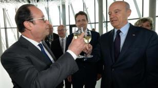 Le président de la République François Hollande et le maire de Bordeaux Alain Juppé trinquent lors de l'inauguration de la Cité du vin, le 31 mai 2016.