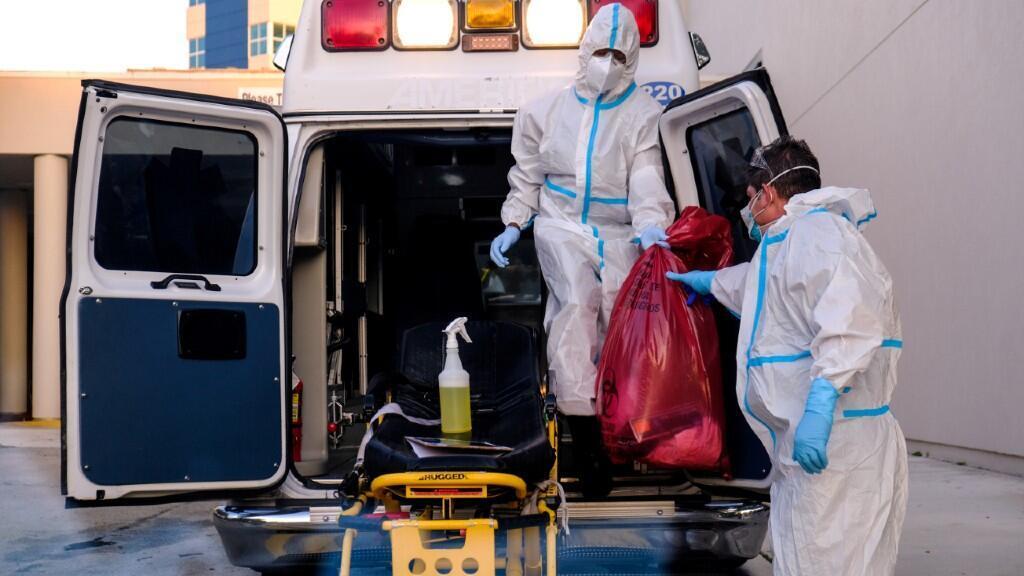 Dos miembros sanitarios descontaminan productos de protección que han sido utilizados para combatir el Covid-19.14 de julio de 2020.