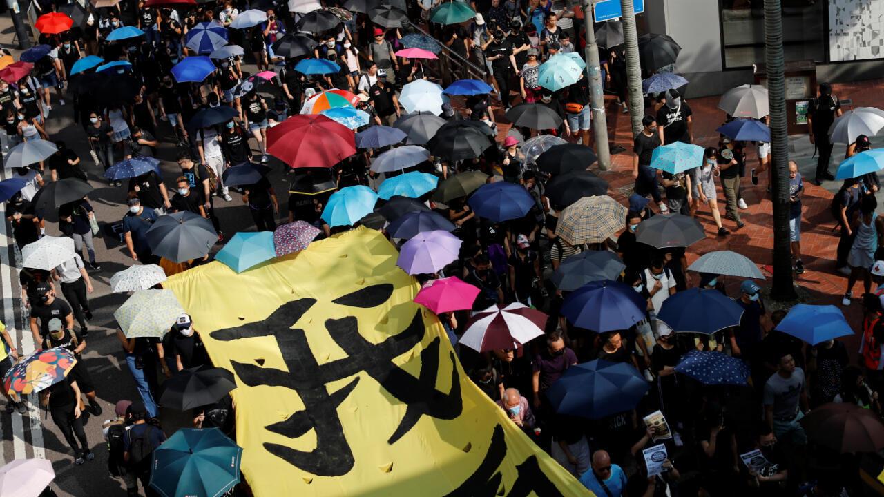 Algunos de los manifestantes durante la marcha pacífica de este sábado 5 de octubre de 2019 en Hong Kong.