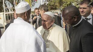 Le pape François a été reçu par le grand imam Nehedi Tidjani à la grande mosquée de Bangui.