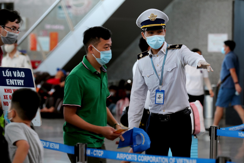 Un miembro del personal del Centro de Vietnam para el Control de Enfermedades en el aeropuerto de Danang, el 27 de julio de 2020.
