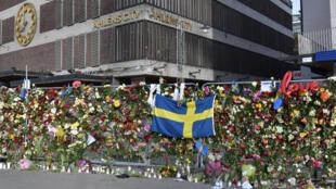 Des fleurs et des messages ont été déposés par centaine près du magasin où s'est enfoncé le camion bélier à Stockholm.