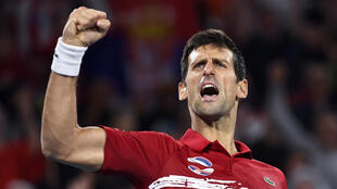 Le Serbe Novak Djokovic sert le poing après sa victoire contre l'Espagnol Rafael Nadal lors de son match de simple masculin en finale du tournoi de tennis de l'ATP Cup à Sydney, le 12 janvier 2020.