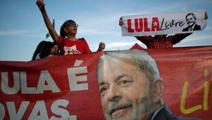 Supporters of Brazil's former president Luiz Inacio Lula da Silva protest outside the Supreme Federal Court in Brasilia, Brazil, November 7, 2019.