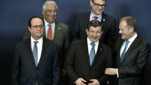 Le président François Hollande, le Premier ministre turc Ahmet Davutoglu et le Président du Conseil Européen Donald Tusk, le 7 mars à Bruxelles.
