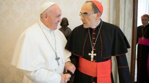 El papa Francisco saluda al cardenal francés Philippe Barbarin en el Vaticano. 18 de marzo de 2019.