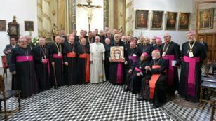 Le Pape François pose aux côtés de représentants de l'Église chilienne le 16 janvier 2018 dans la cathédrale de Santiago du Chili.