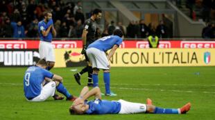 La decepción de los jugadores italianos tras la eliminación ante Suecia en el estadio San Siro de Milán, el 13 de octubre de 2017.