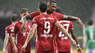 L'attaquant du Bayern Robert Lewandowski félicité par Jérome Boateng après son but contre le Werder, le 16 juin 2020 à Brême